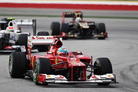 Alonso překvapivě dominoval v deštivé GP Malajsie