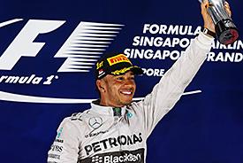 Hamilton vyhrál  v Singapuru a vede pořadí MS